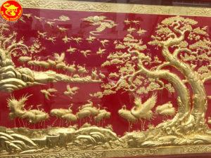 Hướng dẫn cách treo tranh tùng hạc diên niên mạ vàng 24k đẹp
